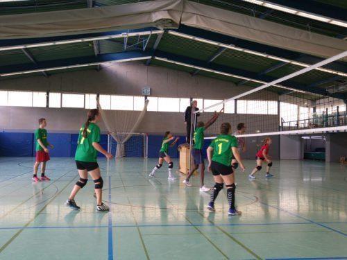 Volleyballspiel in der Halle